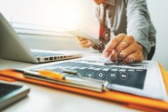 Bedrijfsdocumenten op bureau met laptop en slimme telefoon en grafiek stock foto