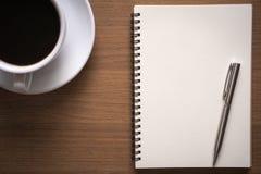 Bedrijfsdocumenten op bureaulijst met slimme telefoon en digitaal stock foto's