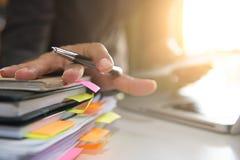 Bedrijfsdocumenten op bureaulijst met slimme telefoon en laptop c royalty-vrije stock foto's