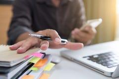 Bedrijfsdocumenten op bureaulijst met slimme telefoon en laptop c royalty-vrije stock afbeelding