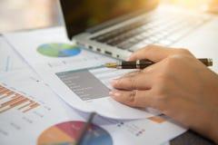 Bedrijfsdocumenten op bureaulijst met slimme telefoon en laptop c stock afbeeldingen
