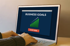 Bedrijfsdoelstellingen concept op laptop het computerscherm op houten lijst Stock Foto