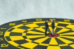 Bedrijfsdoelstellingen of overeenkomstenconcept als miniatuurmensen: Klein F Royalty-vrije Stock Fotografie