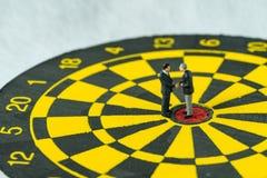 Bedrijfsdoelstellingen of overeenkomstenconcept als miniatuurmensen: Klein F Stock Fotografie
