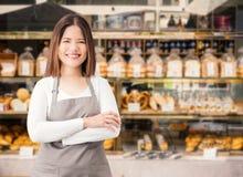 Bedrijfseigenaar met de achtergrond van de bakkerijwinkel stock afbeeldingen