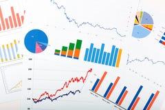 Bedrijfsfinanciënanalytics - documenten met grafieken en grafieken stock afbeelding