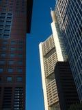 Bedrijfsgebouwen (Japan-Centrum en Taunus-Toren) in Frankfurt, Duitsland Stock Afbeeldingen