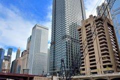 Bedrijfsgebouwen langs de rivier van Chicago Royalty-vrije Stock Afbeeldingen