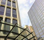 Bedrijfsgebouwen met patroon van vensters op blauwe hemelachtergrond Stock Afbeeldingen