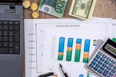 bedrijfsgrafiek, euro, dollar en calculator op bureau stock afbeeldingen