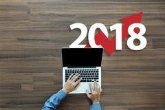 Bedrijfsgrafiek met pijl omhoog en het symbool van 2018 Royalty-vrije Stock Afbeeldingen