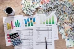 Bedrijfsgrafieken en grafieken die resultaten van succesvolle financiële planning tonen royalty-vrije stock foto