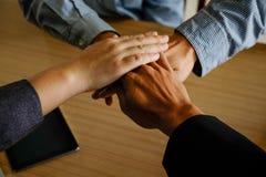 Bedrijfsgroepswerk bevindende handen samen Stock Afbeelding