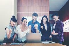 Bedrijfsgroepswerk die goede projectresultaten vieren royalty-vrije stock foto