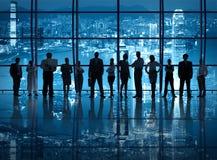 Bedrijfsgroepswerk in het Bureau bij Nacht Royalty-vrije Stock Afbeeldingen