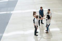 Bedrijfsgroepswerk Mensen met aangesloten bij handen unie Stock Fotografie