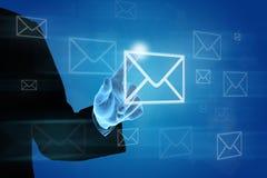 Bedrijfshand die e-mail op het virtuele scherm duwen Stock Foto's