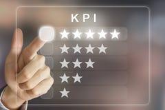 Bedrijfshand die KPI of Zeer belangrijke Prestatie-indicator op virtua duwen royalty-vrije stock foto's