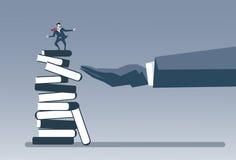 Bedrijfshand die van het de Strategiesucces van Zakenmanon books stack het Concept van de het Onderwijsintelligentie zetten Royalty-vrije Stock Afbeeldingen