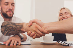 Bedrijfshanddruk bij bureauvergadering, contractconclusie en succesvolle overeenkomst Stock Foto's