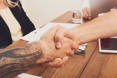 Bedrijfshanddruk bij bureauvergadering, contractconclusie en succesvolle overeenkomst Royalty-vrije Stock Foto