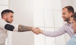 Bedrijfshanddruk bij bureauvergadering, contractconclusie en succesvolle overeenkomst Stock Fotografie