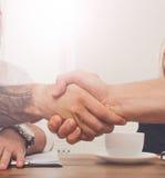 Bedrijfshanddruk bij bureauvergadering, contractconclusie en succesvolle overeenkomst royalty-vrije stock afbeeldingen