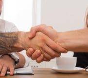 Bedrijfshanddruk bij bureauvergadering, contractconclusie en succesvolle overeenkomst royalty-vrije stock afbeelding