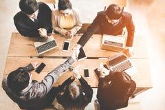 Bedrijfshanddruk bij vergadering of onderhandeling in het bureau De partners zijn tevreden omdat de verbinding en het teken van d stock foto