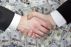 Bedrijfshanddruk op de achtergrond van geld Royalty-vrije Stock Fotografie