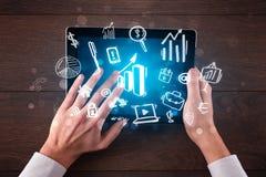 Bedrijfshanden die aan tablet werken Stock Foto