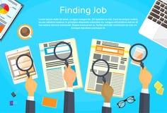 Bedrijfshanden die Job Newspaper zoeken Royalty-vrije Stock Foto's