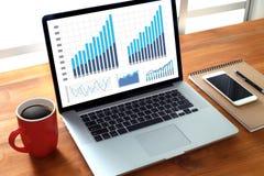 BedrijfsInformatietechnologie de mensen werken harde Gegevens Analytics Royalty-vrije Stock Foto's