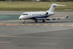 Bedrijfsjet of vliegtuigen op vliegveld dichtbij van het vertrekaankomst van het aeroport eindparkeren stock foto's
