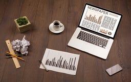 Bedrijfslaptop met effectenbeursrapport over houten bureau Stock Foto's