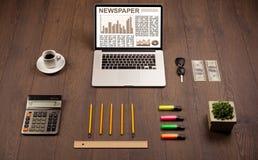 Bedrijfslaptop met effectenbeursrapport over houten bureau Royalty-vrije Stock Afbeeldingen