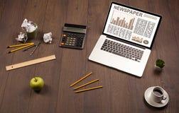 Bedrijfslaptop met effectenbeursrapport over houten bureau Royalty-vrije Stock Foto