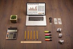 Bedrijfslaptop met effectenbeursrapport over houten bureau Royalty-vrije Stock Fotografie