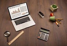 Bedrijfslaptop met effectenbeursrapport over houten bureau Royalty-vrije Stock Foto's