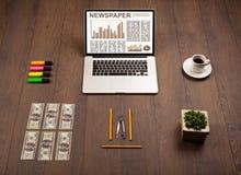 Bedrijfslaptop met effectenbeursrapport over houten bureau Stock Fotografie
