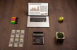 Bedrijfslaptop met effectenbeursrapport over houten bureau Stock Afbeeldingen