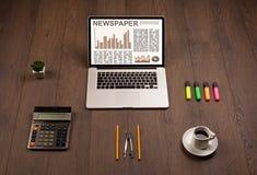 Bedrijfslaptop met effectenbeursrapport over houten bureau Stock Afbeelding