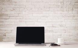 Bedrijfslaptop met witte bakstenen muur Stock Afbeelding