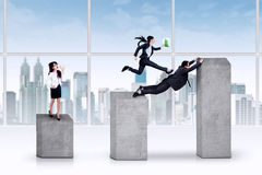 Bedrijfsleider die aan haar arbeiders schreeuwt Stock Foto