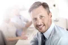 Bedrijfsleider op kantoor met werknemers royalty-vrije stock afbeeldingen