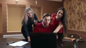 Bedrijfsleiders die en aan zelfde laptop samenkomen samenwerken stock footage