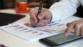 Bedrijfsmakelaar Analyzing Stock Charts stock footage