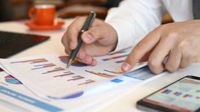 Bedrijfsmakelaar Analyzing Stock Data stock footage
