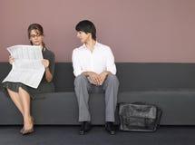 Bedrijfsman en Vrouw op Bank Stock Foto's