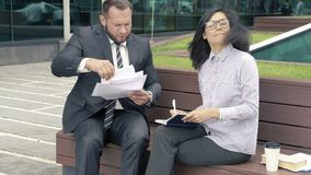 Bedrijfsman manager die documenten voor handtekening voorleggen aan zijn chef- vrouw stock footage